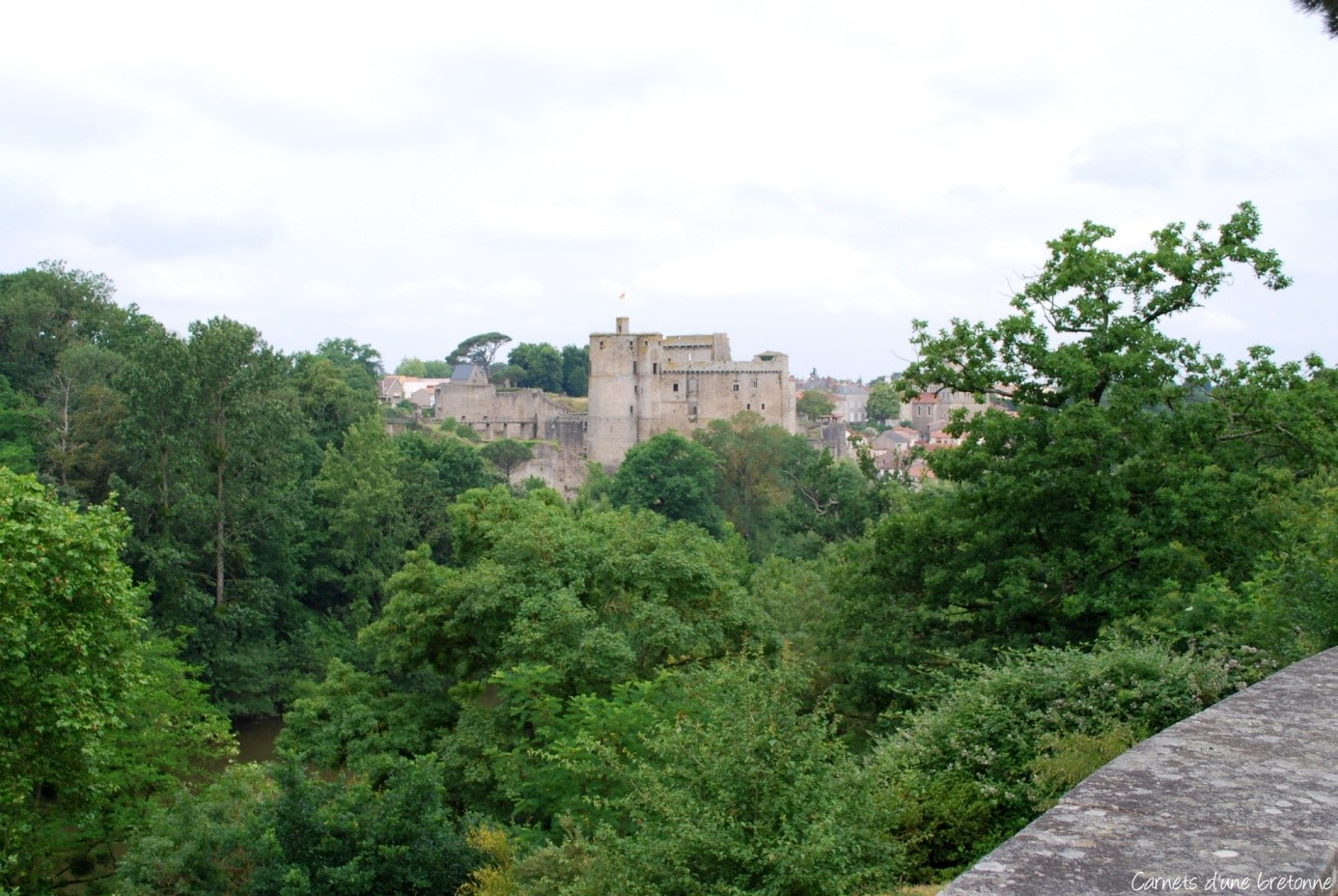 Vue de loin depuis Clisson par Carnets d'une bretonne