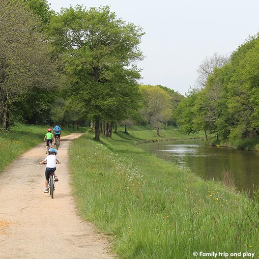 Une famille à vélo sur le canal de Nantes à Brest