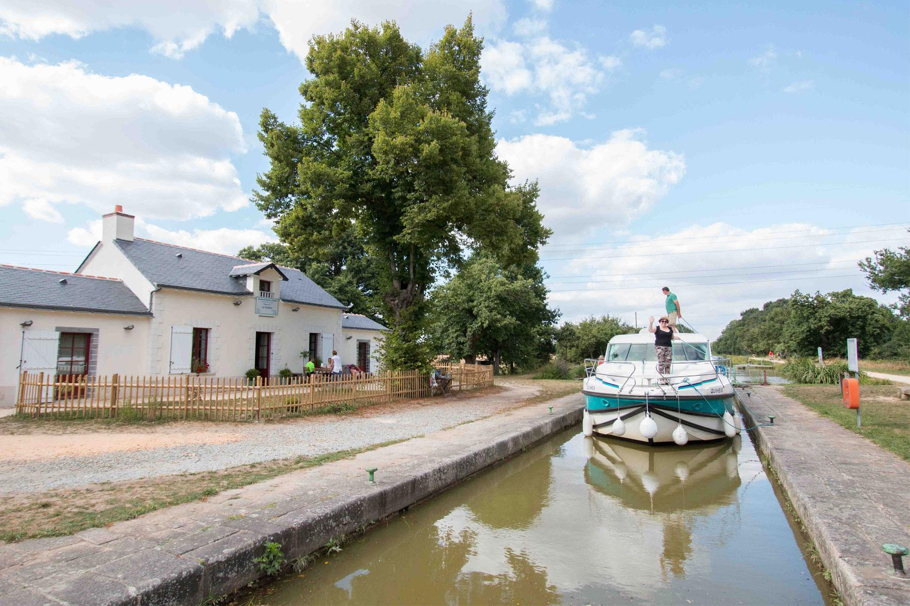 Les touristes en bateau sur le canal entre Blain et Redon
