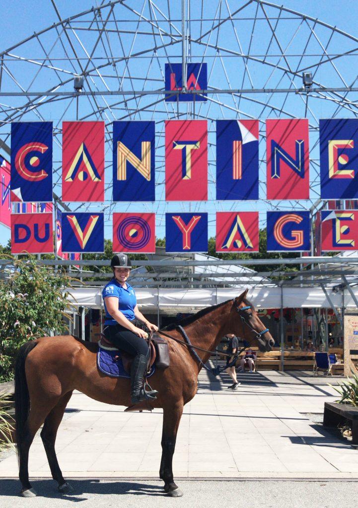 La Loire à cheval et à vélo devant la cantine